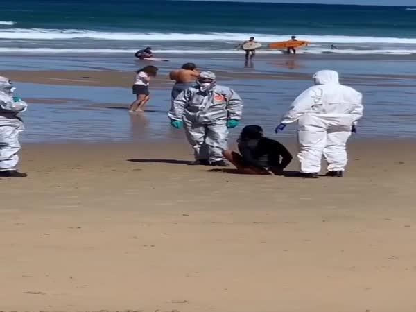 Surfařku kvůli Covidu zadrželi na pláži