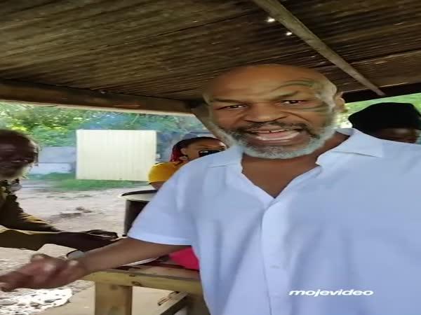 Mike Tyson kouří marihuanu s rastafariány