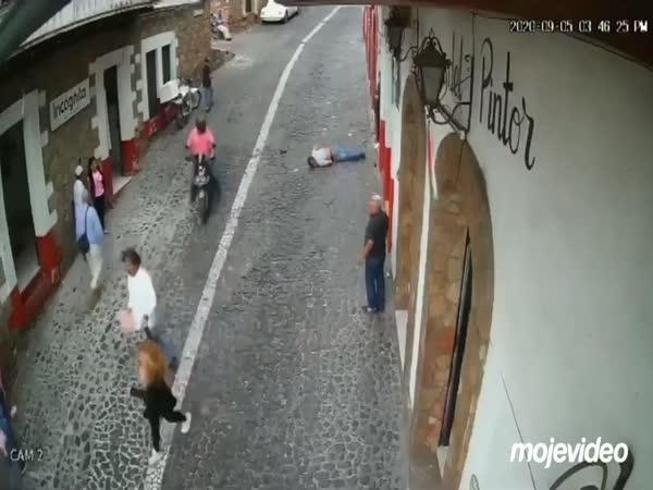Zloděj dostal KO kolenem