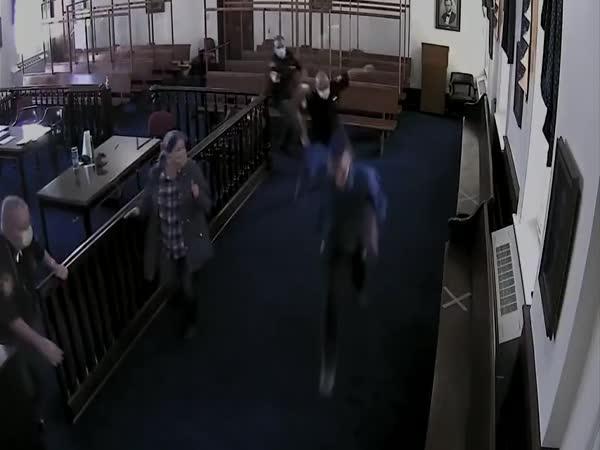 Utekl policii přímo ze soudní síně