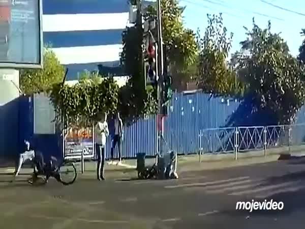 Cyklista srazil ženu s dítětem na přechodě