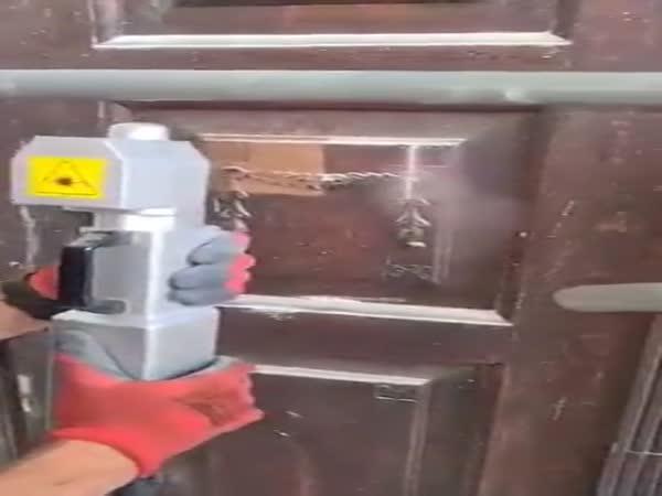 Čištění starých dveří laserem