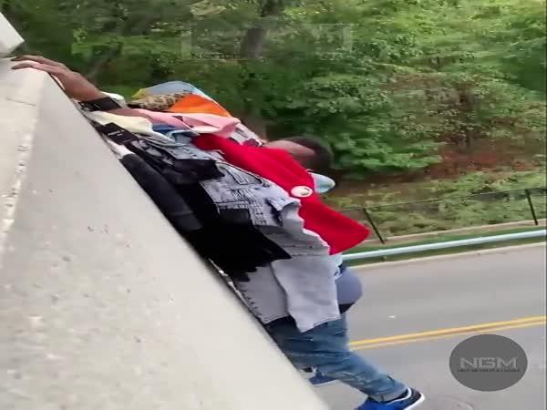 Skočil z mostu kvůli policii