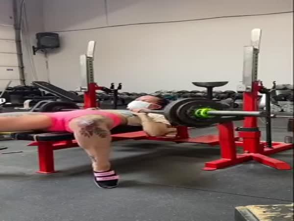 Dívka vs. benchpress