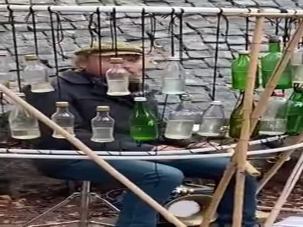 Umělec hraje na lahve
