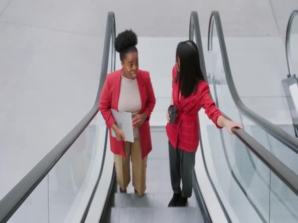 Proč mají eskalátory drážky?