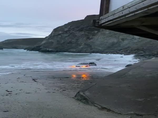 Utopil BMW v moři
