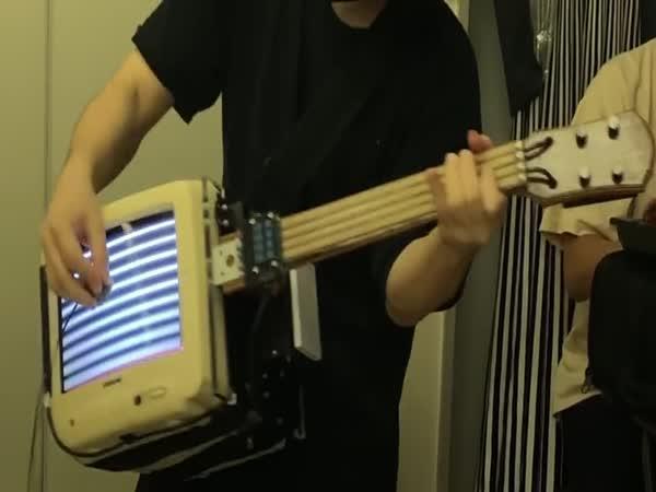 Kapela hraje na starou elektroniku