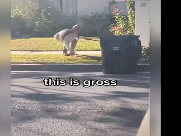 Rouškou uklízí výkaly po psovi