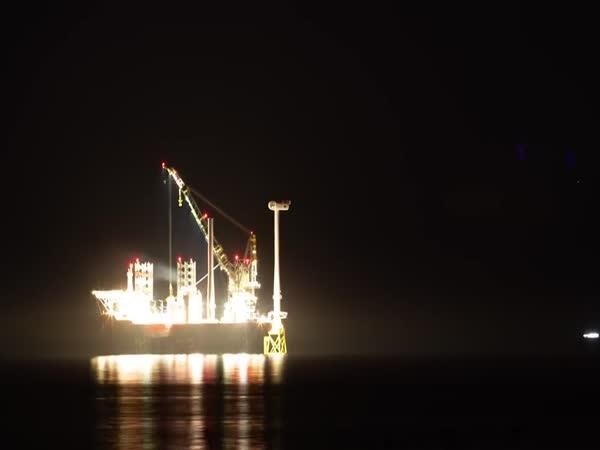 Časosběr stavby větrného kola v moři