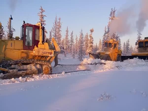 Jak na Sibiři odhrnují cesty