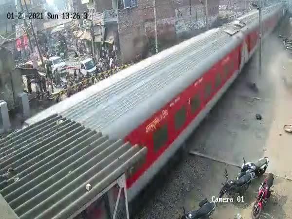 Vlak mu přejel motorku
