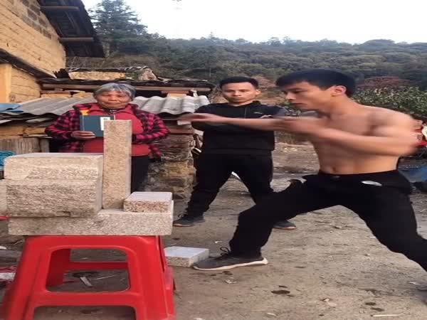 Čínský bojovník vs. cihla