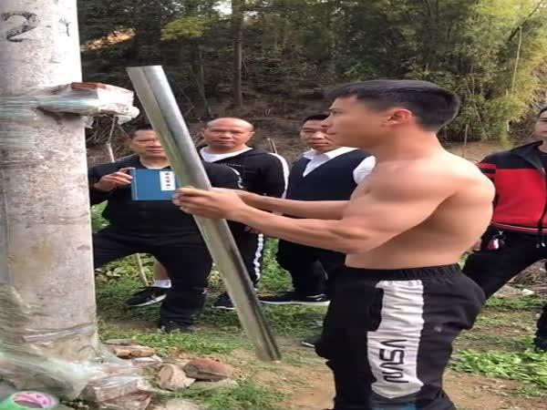 Čínské bojové umění vs. ocelová trubka