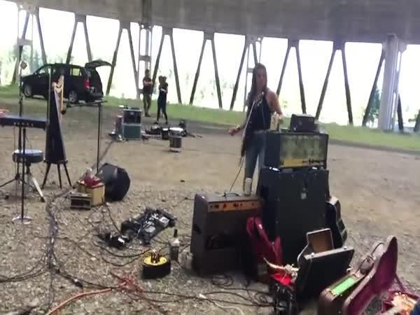 Hra na bicí uvnitř jaderné elektrárny