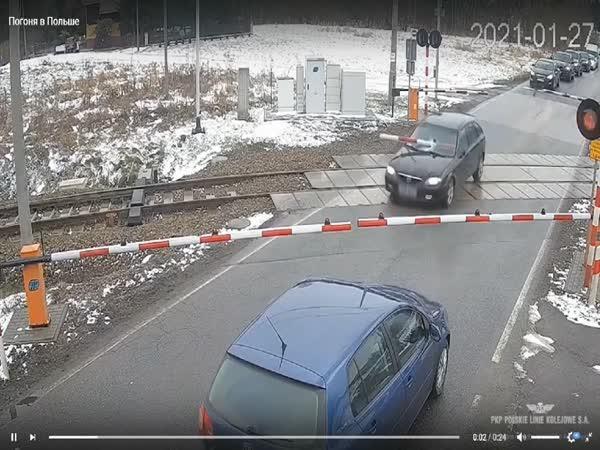 Ujížděl policii přes vlakový přejezd