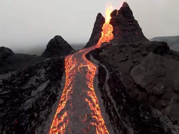 Pohled do kráteru sopky dronem