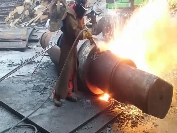 Řezání obřích ocelových bloků kyslíkem