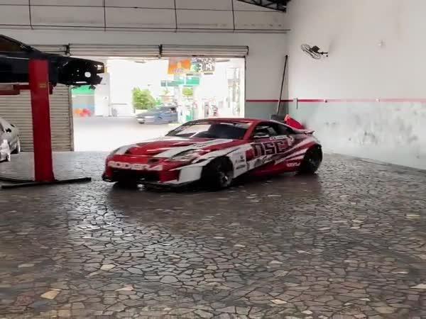 Driftování v garáži
