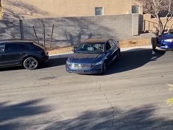 Dvě ženy parkují auto