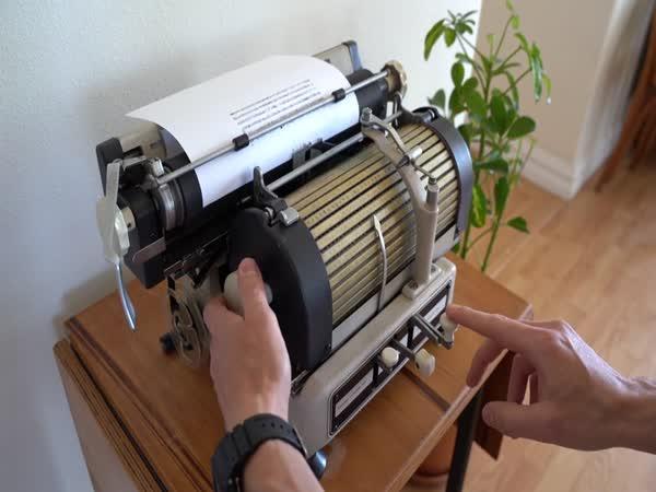 Psací stroj z roku 1945