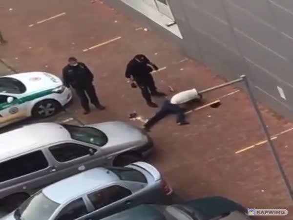 Slovensko – Policista kope do oběti