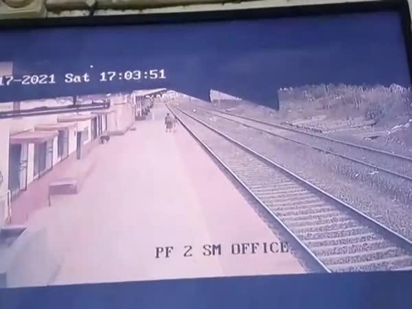 Zachránil dítě před vlakem