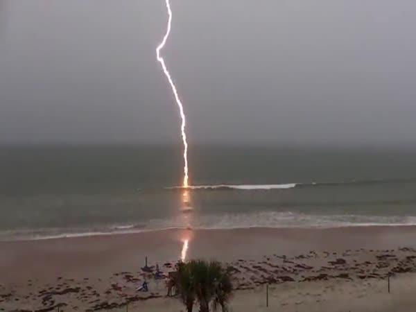 Blesk udeřil na pláži