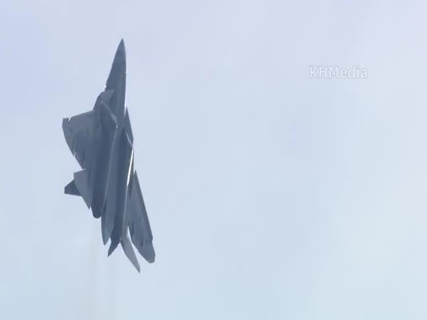 Letoun Su-57 se předvádí