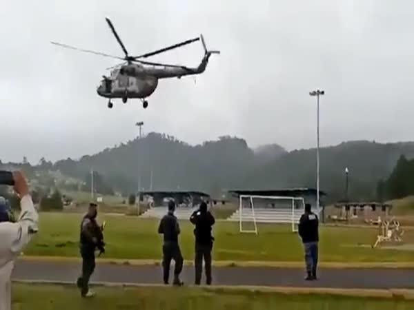 Pilot zvládl havárii vrtulníku