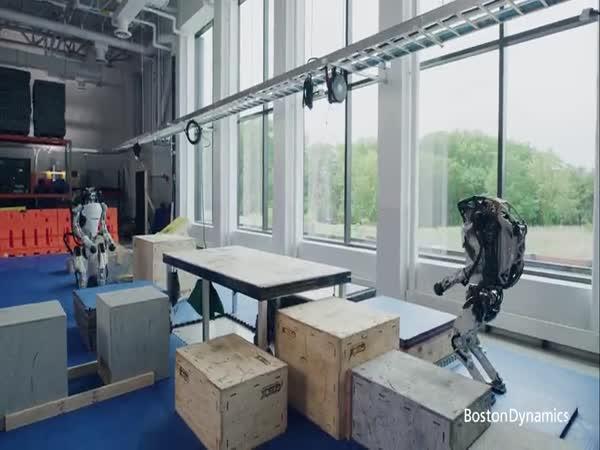 Roboti dělají parkour