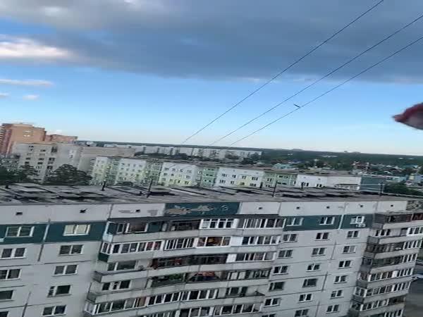 Hodil ptákovi maso z balkónu
